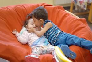 Bis zu 10 epileptische Anfälle am Tag machen Danas* Leben zu einer echten Herausforderung. Obwohl Bruder Dennis* gerade mal 2 Jahre älter ist als Dana, kümmert er sich besonders liebevoll um seine Schwester. In unserem Tageshospiz kümmern wir uns um beide.