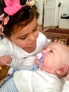 Raphael mit seiner dreijährigen Schwester