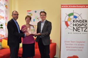 Feierliche Spendenübergabe an unsere Obfrau Sabine Reisinger durch die beiden WSE-Geschäftsführer Mag. Josef Herwei und DI Stephan Barasits (re).