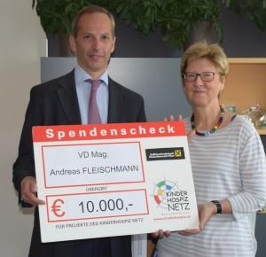 VD Mag. Andreas Fleischmann übergibt unserer Obfrau Sabine Reisinger den Spendenscheck höchstpersönlich